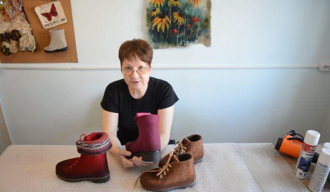 Как обработать обувь из войлока воском и расставить цветовые акценты
